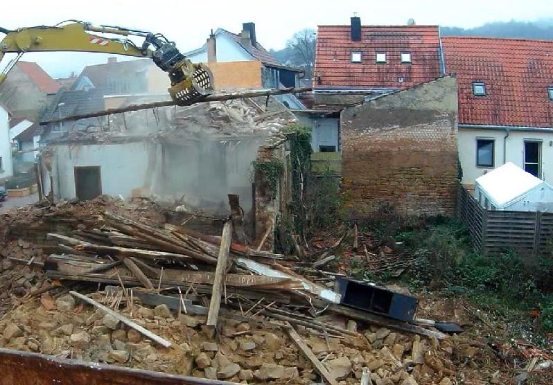 Abrissbeginn - das halbe Haus ist weg
