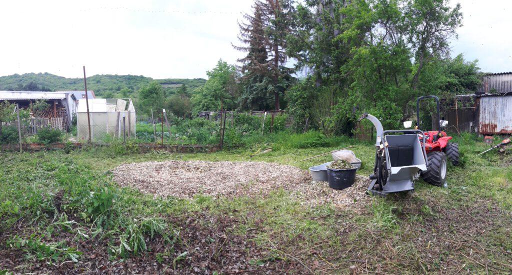 gehäckselter Baumschnitt im Garten